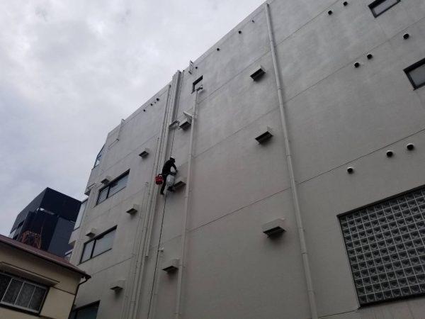防水工事・株式会社APEX・新宿区のビル。建物に入り込んでいるパイプの隙間からの漏水事故。